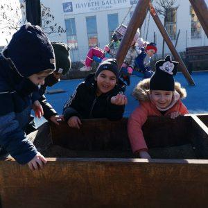 """Децата от ДГ """"Пинокио"""" използват и зимните слънчеви лъчи, за да учат и играят на открито"""