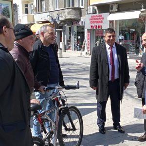 Доц. Атанас Мангъров предизвика фурор по улиците на Бургас