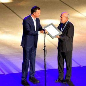 """Кметът връчи най-високото отличие на Бургас """"Ключът от кулата"""" на световноизвестния цигулар Минчо Минчев"""