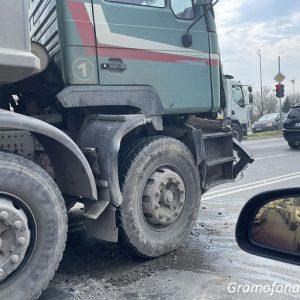 Огромно задръстване на Крайезерна, два камиона са се ударили