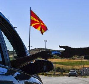 Трима задържани за палежа на българския флаг