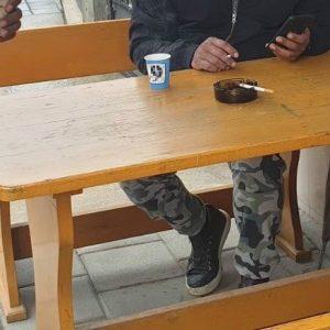 Чашки за кафе с номера на партия се появиха до изборна секция във Вресово