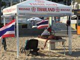 Туристи се глезят с тайландски масажи на плажа в Слънчев бряг